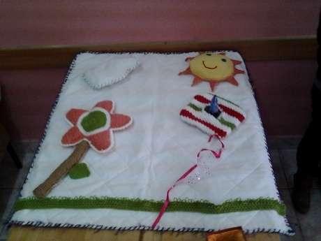 çiçegin içine kokular koydum koklama duyusu için , güneşe doplar koydum dokunma duyusu için buluta ses çıkaran oyuncak koydu üzerine basınca ses çıkarıo işitme dyusu için .
