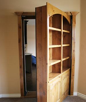 Raflı kapı