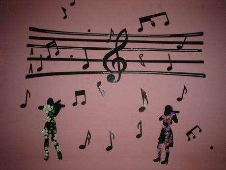 notalar  ve keman çalan kızlar