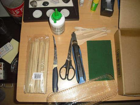 Gerekli Malzemeler : Kutu, plastik kutu, makas,ağaç tutkalı, yeşil bulaşık süngeri, tohum, denizden toplanan taşlar