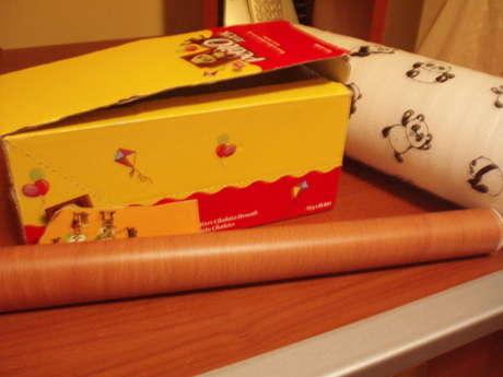 bir kutu, biraz yapışkanlı folyo, birazcık raf kağıdı ve yapıştırıcı