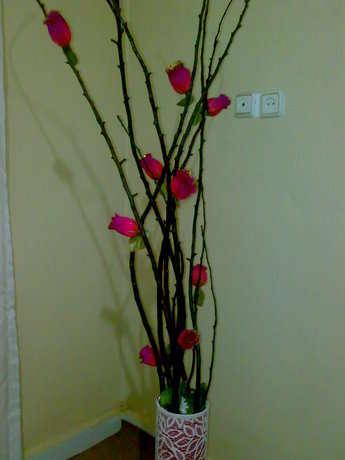 kurumuş ağaç dallarımızı kahverengi uygun bir buya ile boyuyoruz.plastik çiçek ve yapraklarımızı istediğimiz miktar ve şekle göre dallarına yerleştiriyoruz.uygun bir şekilde alçı kutumadan borumuza sabitliyoruz..şimdiden ellerinize sağlık.....