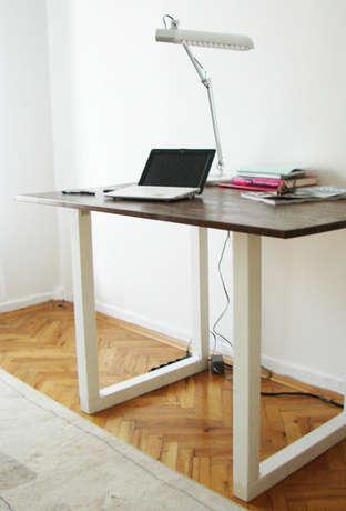 Beyaz ayaklı, ceviz renginde ahşap masa
