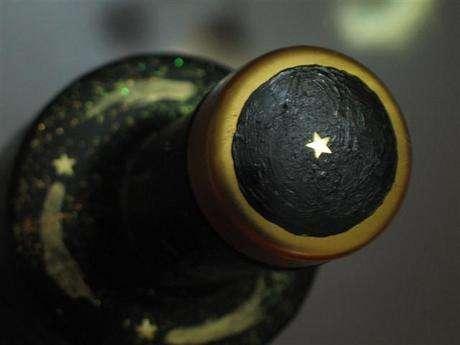 kapaktaki vodka üretim kodları filan siyah boyayla örtülüp bir yıldız kondurulur
