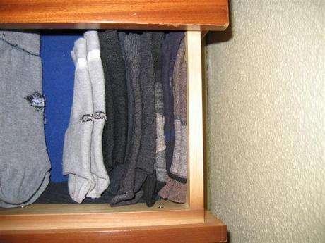 Çorap çekmecesine kaldırıyoruz.Kocanız buradan istediği çifti alıp giyiyor.