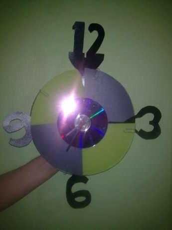 rakamları ve kullanacağımız kartonları boyayıp yapıştırıcı ile yapıştırdık ortasına da cd yi boyayıp yapıştırdık