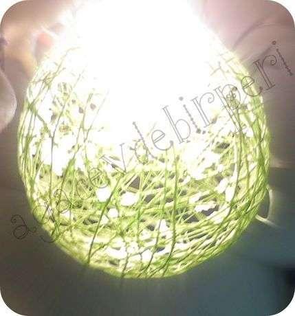 balonu hafif kanırtarak önce ufak bir delik açıp yavaşça söndürüyoruz, ipten tamamen kurtulunca deliği büyütüp hızlıca sönmesini sağlıyoruz