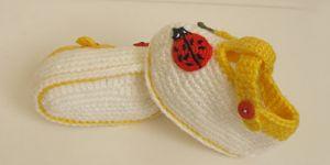 Çiçekli böcekli örgü bebek patiği