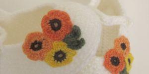 Çiçek süslemeli sık iğne bebek patiği