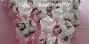 Çiçek süslemeli kolonya şişeleri