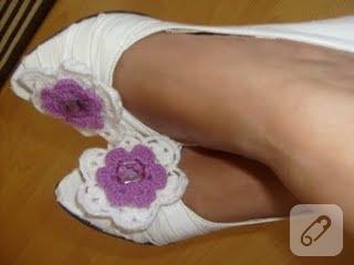 örgü çiçekle ayakkabı süsleme