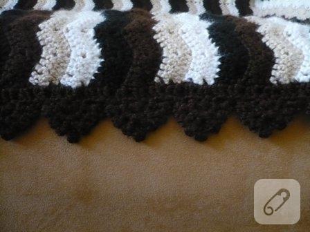 su-dalgasi-siyah-beyaz-tig-isi-orgu-battaniye-modeli-1