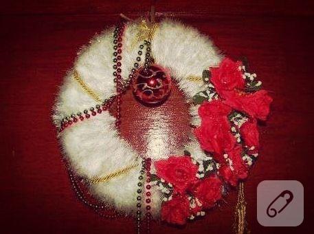 kırmızı çiçekli beyaz kapı süsü