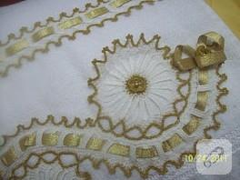 Altın rengi, işli ve kurdeleli çeyizlik havlu kenarı