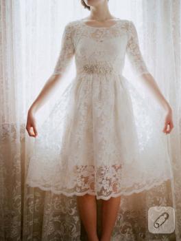Dantel elbise ve boncuklu kemer
