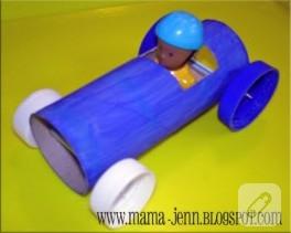 Tuvalet kağıdı rulosundan basit oyuncak araba