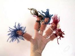 Örgüden parmak kukla