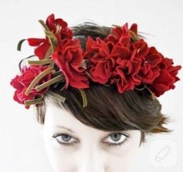 Güzel olayım diye saçına çiçek takar:)