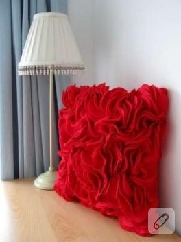 Keçeden kırmızı yastık