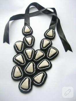 Siyah beyaz boncuklu taş kolye