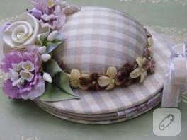 Şapka şeklinde çiçekli iğnedenlik