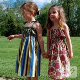 Kızlara elbise dikimi.