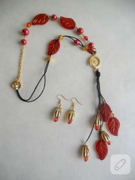 Kırmızı yapraklı ve altın kaplama aparatlı kolye