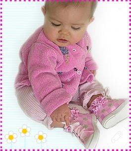 El boyaması bebek ayakkabıları