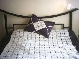 Mor arkaplanda dantel yatak örtüsü
