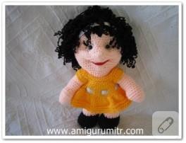 Amigurumi kıvırcık saçlı oyuncak bebek