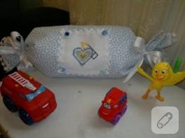 Bebek takı yastığı ve çerçevelenmiş Koruncuk panosu
