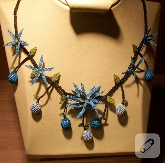 mavi-cicekli-igne-oyasi-kolye