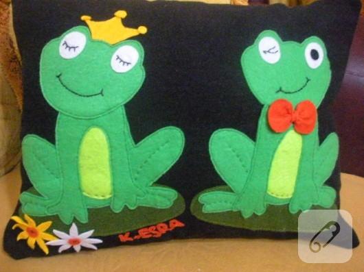 Kurbağa figürlü yastık