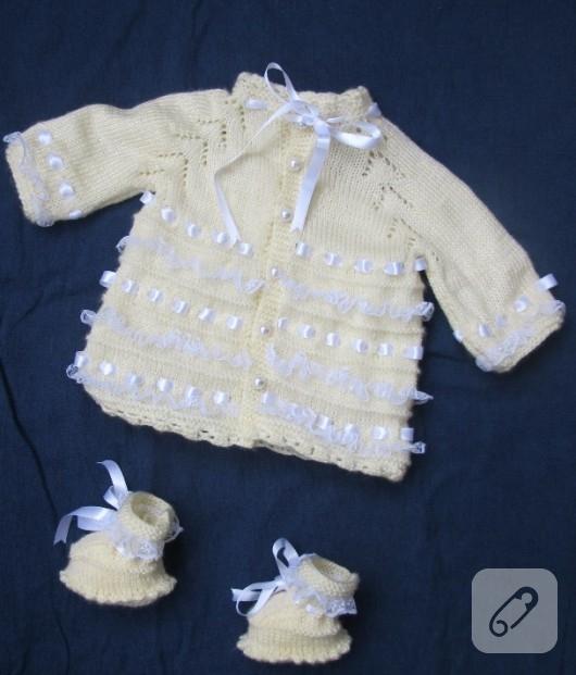 Krem rengi bebek hırkası ve patiği