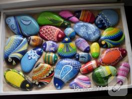 Rengarenk taş boyama balıklar