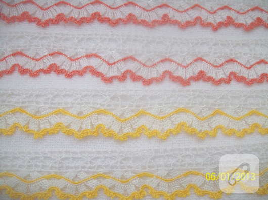 kirmizi-sari-beyaz-ince-tig-isi-dantel-havlu-kenari-suslemeleri