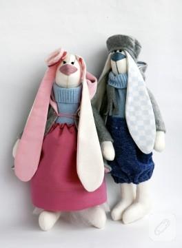 Bir çift tavşan (el yapımı oyuncaklar)