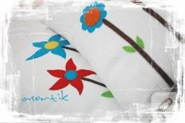 Beyaz ve çiçekli yastıklarım