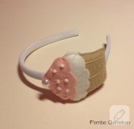 Pembe kremalı cupcake (keçe taç)