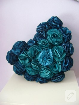 El yapımı güllerle süslü kalp yastık