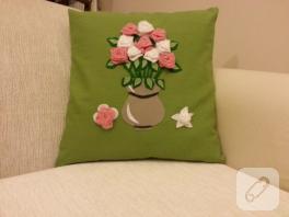 Vazoda güller (keçe yastık)