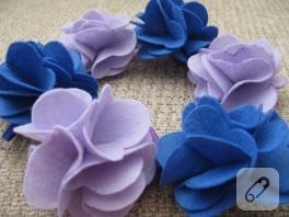 Mavi ve lila keçe tokalar