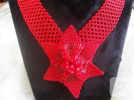 Kırmızı boncuklu kolye