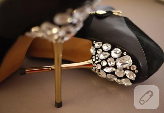 Parlak taşlarla ayakkabı süsleme