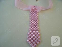 Pembe kravat yaka kolye