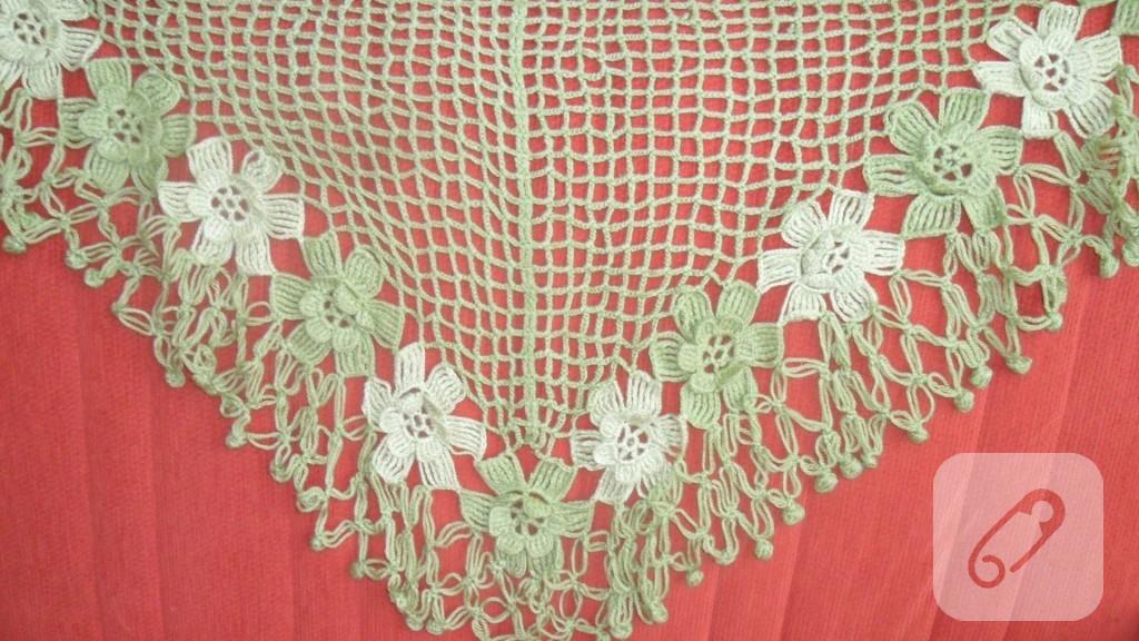 şal!.... boyunada bağlanabiliyor. çiçekler ayrı örülüyor.. ben üçgenin ucundan başladım ortadan arttırarak üçgeni tamamladım ..tığ işi ve zincirler birleştirilierek örülüyor.. ucuna örümcek le oya yapılıyor