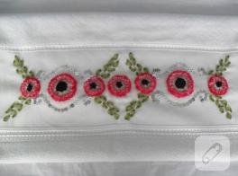 Minik kırmızı çiçekli kurdele nakışı havlu kenarı