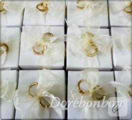 Nişan yüzüğü ile süslenmiş kutular