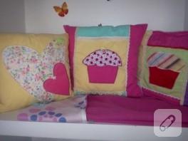Rengarenk kumaş aplikeli yastıklar