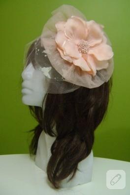 Pudra pembe çiçekli, kelebekli tüllü nikah şapkası
